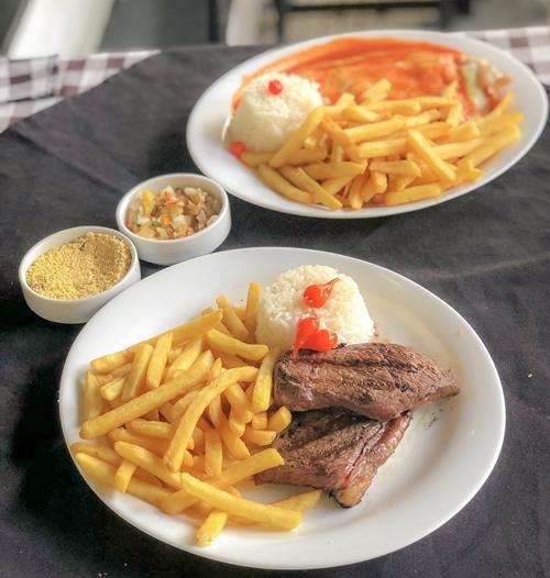pratos de comida em cima da mesa com toalha preta