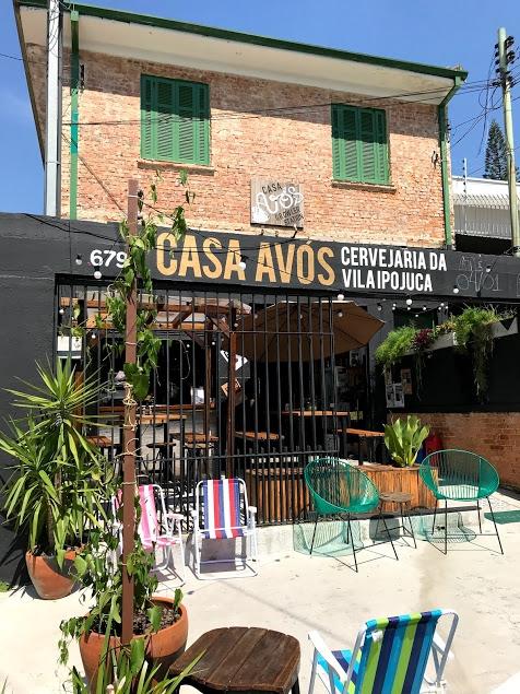 fachada de um bar com cadeiras na calçada