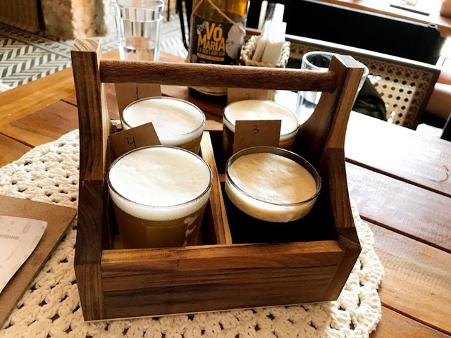 quatro copos de cerveja