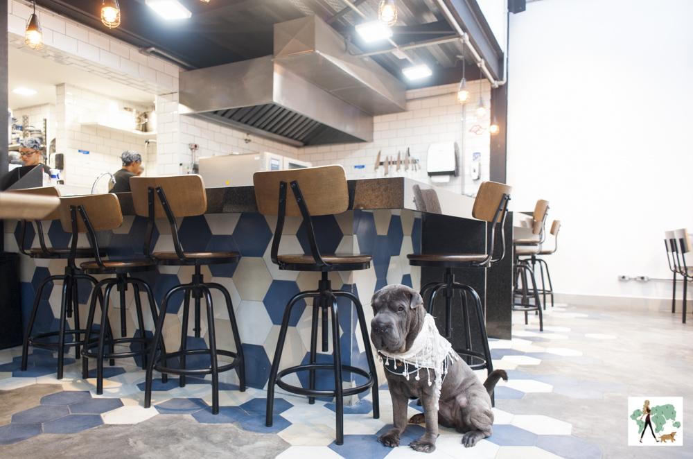Mesas altas do bar do restaurante Epi Gastronomia