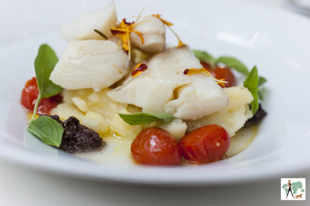 bacalhau confitado com tomatinhos, azeitonas e batatas