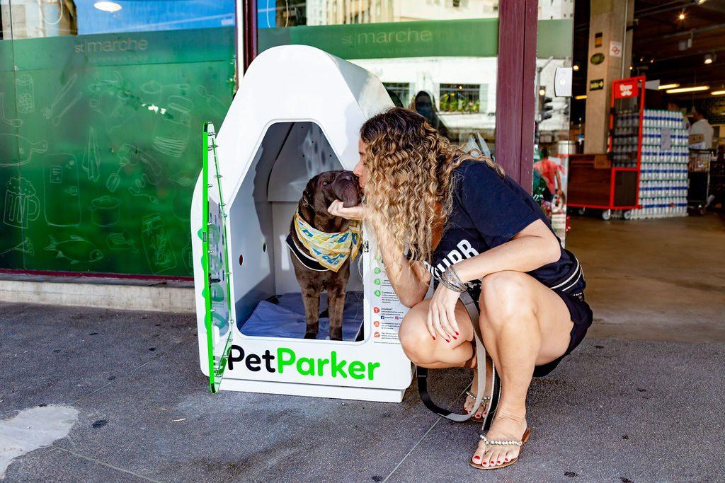 mulher beijando cachorro dentro da casinha da petParker