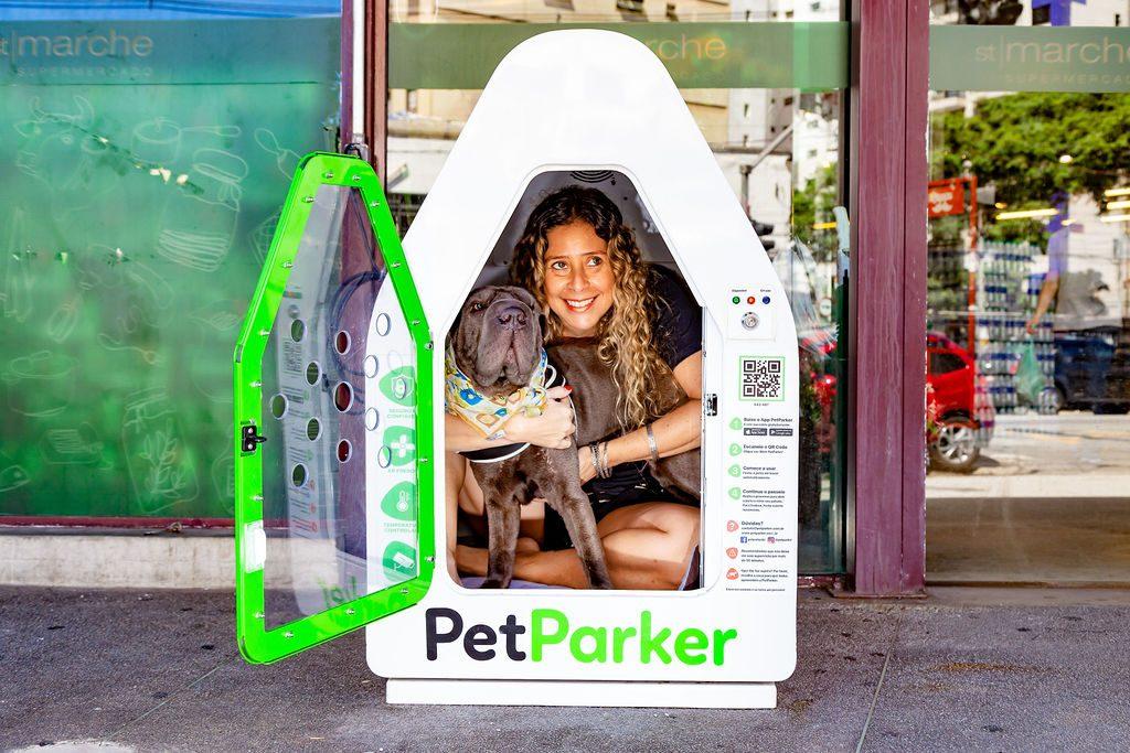 mulher e cachorro dentro da casinha da PetParker