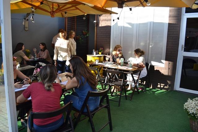 área externa de um restaurante com cadeiras e ombrelones