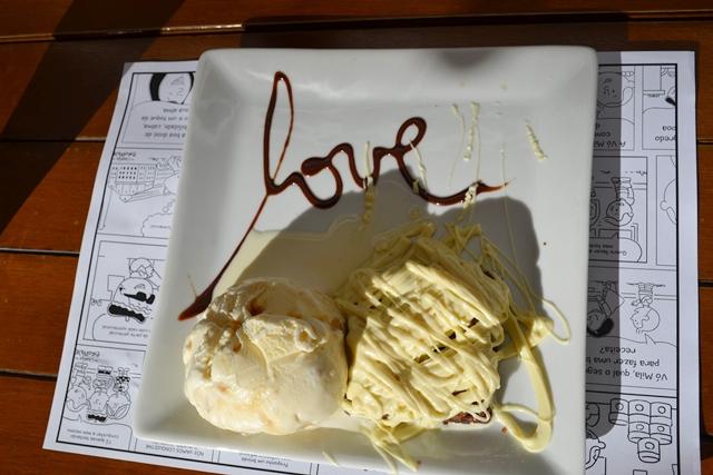 prato com sorvete e brownie