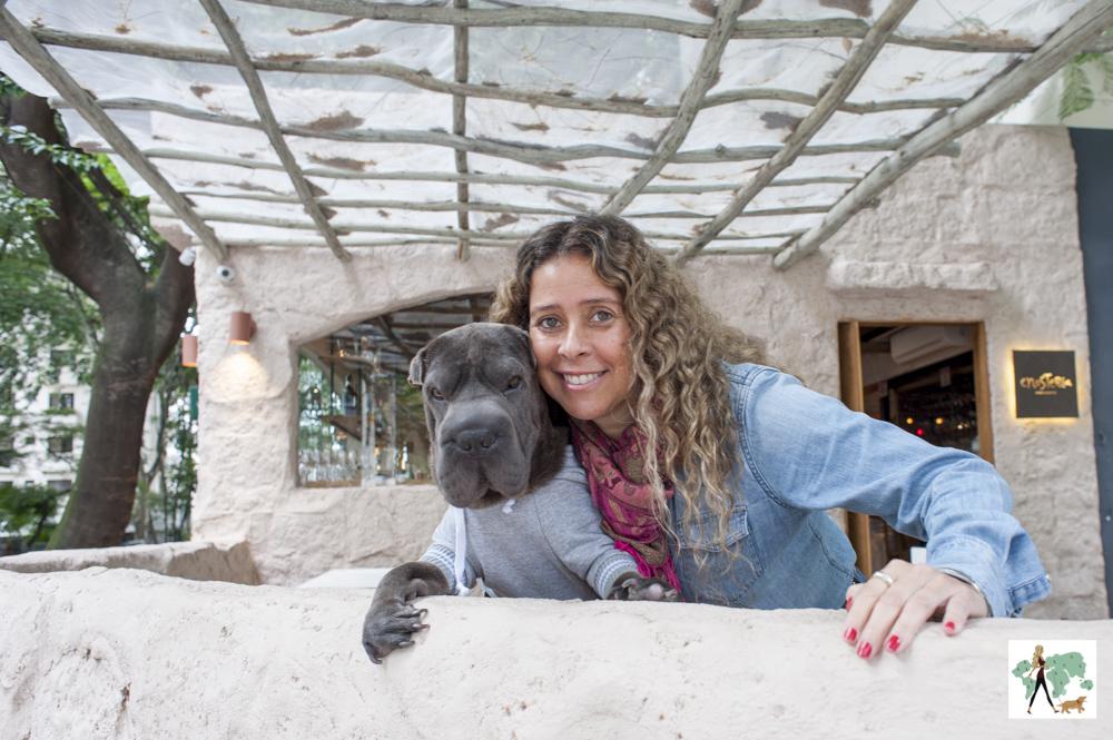 mulher e cachorro sharpei. Cris Berger e Ella.