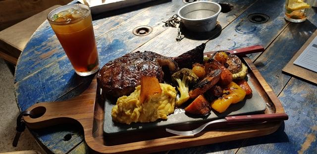 tábua com carne e legumes