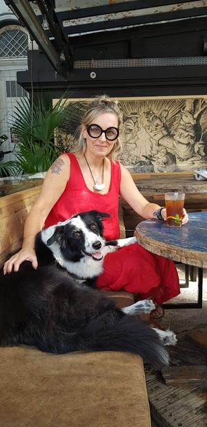 cachorro e mulher sentados em bar