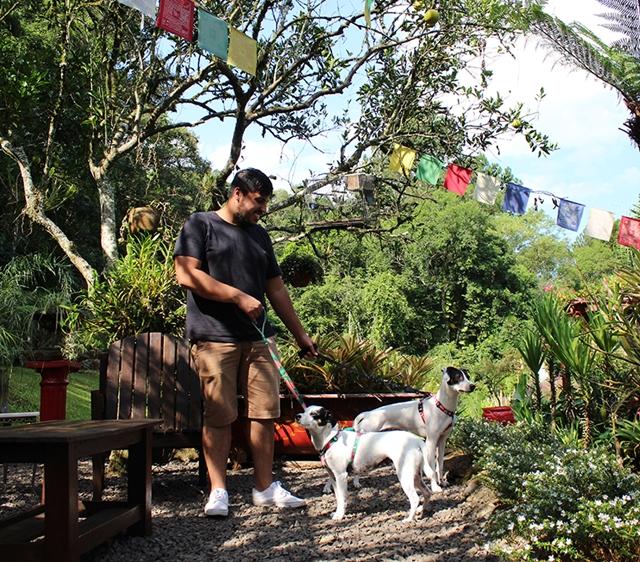 homem com cachorro em restaurante tibetano