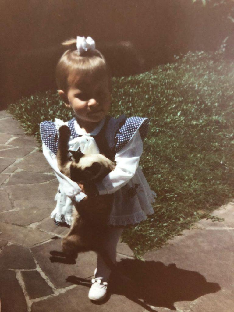 criança com gato no colo