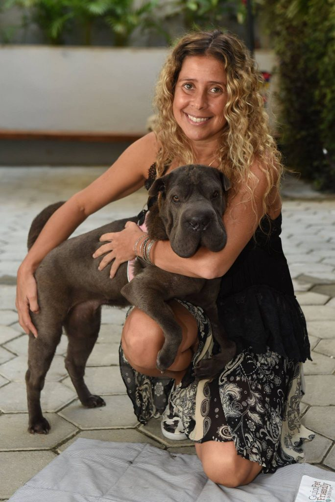 mulher com cachorro shar pei