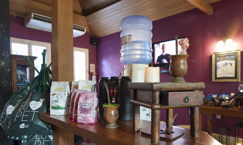 mesa de madeira com produtos em cima