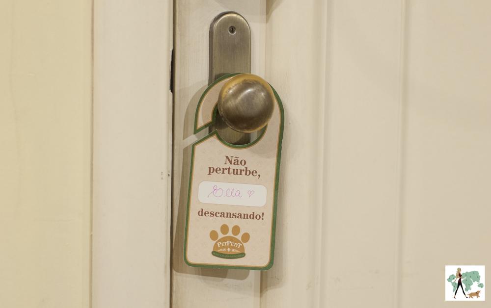 plaquinha de não perturbe na maçaneta de porta de hotel