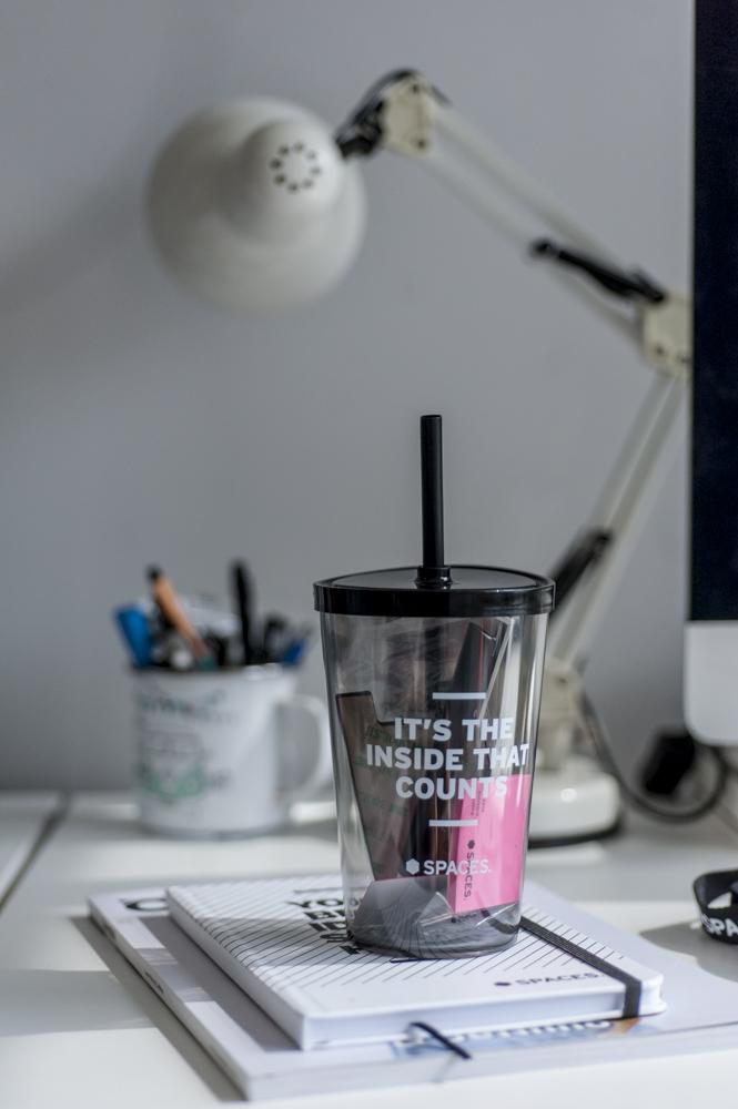 copo, luminária, caderno em escritório