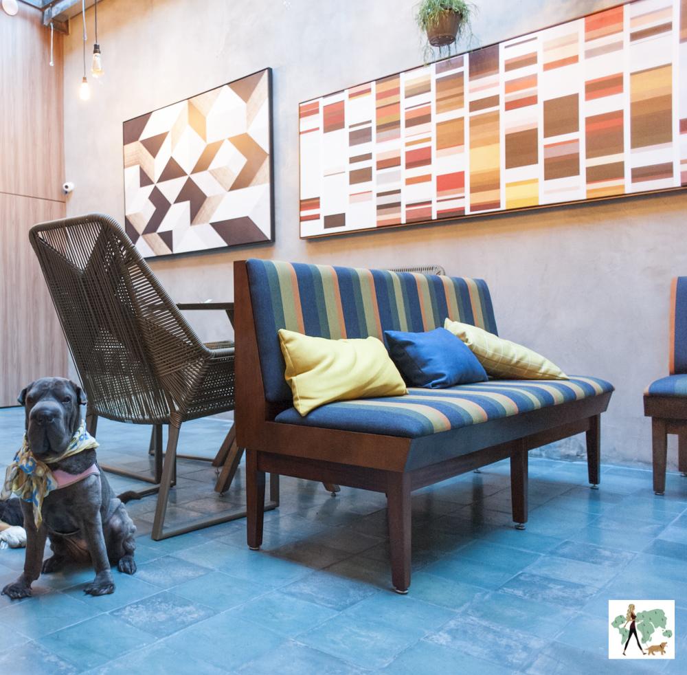 Lounge com mesas do Cutello