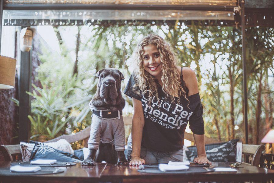 cachorro e mulher olhando para a câmera na mesma posição
