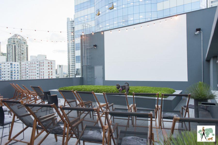 cadeiras no rooftop e tela de cinema