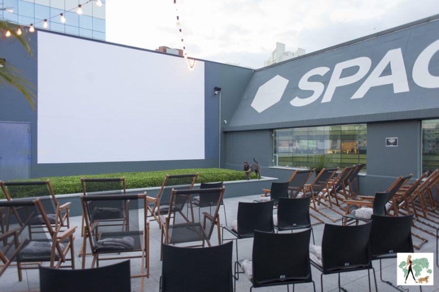 sala de cinema ao ar livre no rooftop do Spaces