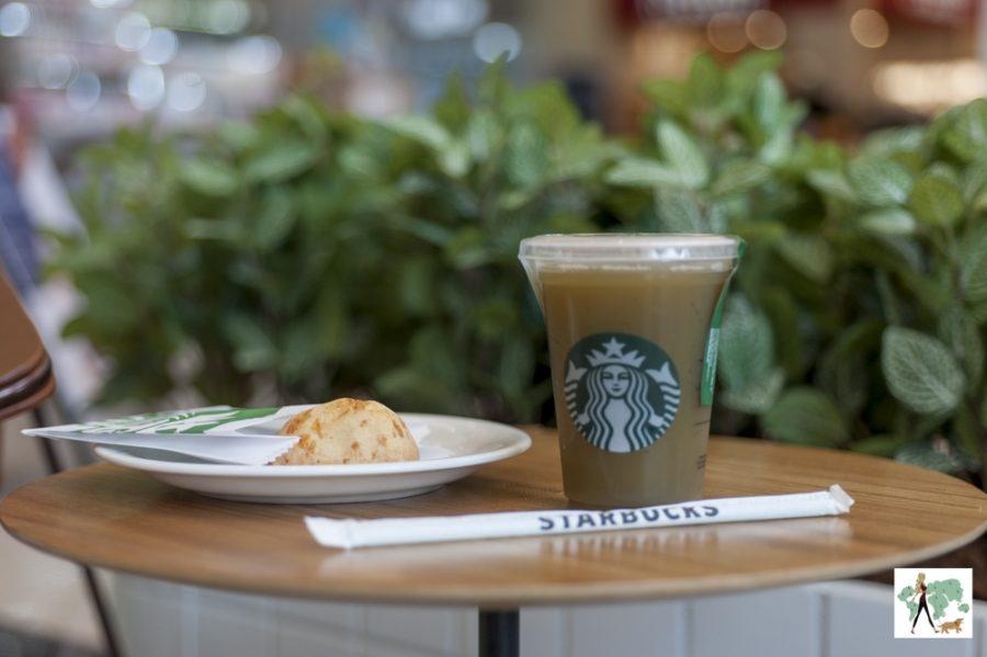 mesa com pão de queijo e copo de café