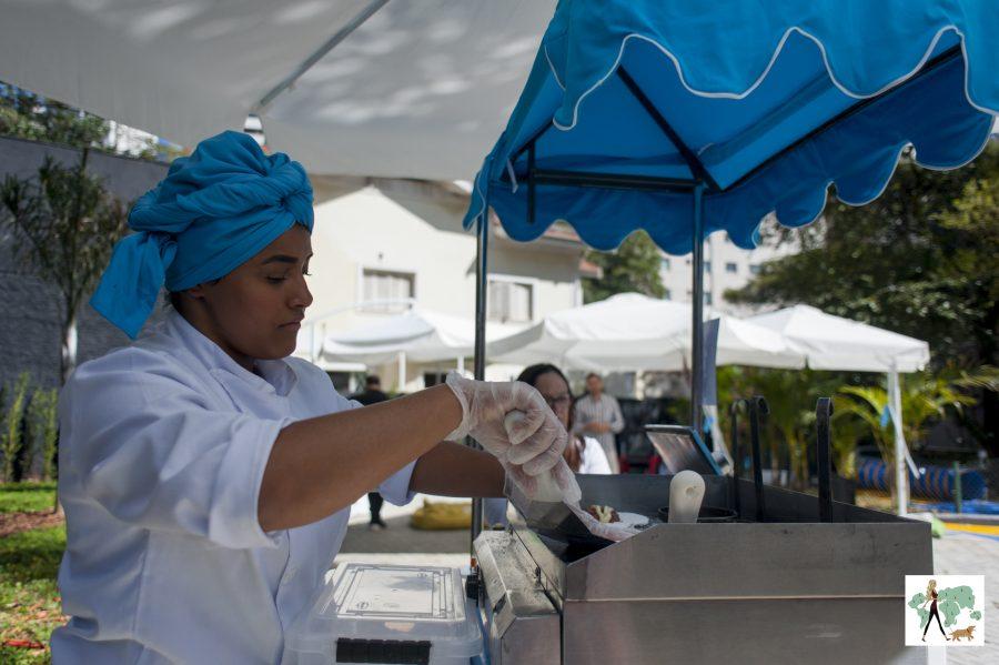 mulher preparando tapioca