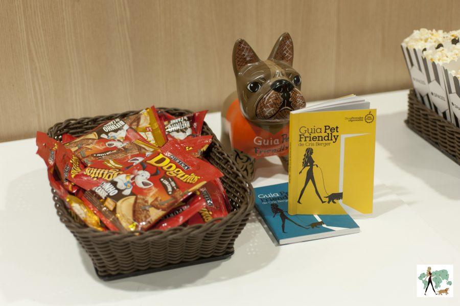 pote com Doguitos e livros do Guia Pet Friendly em cima da mesa