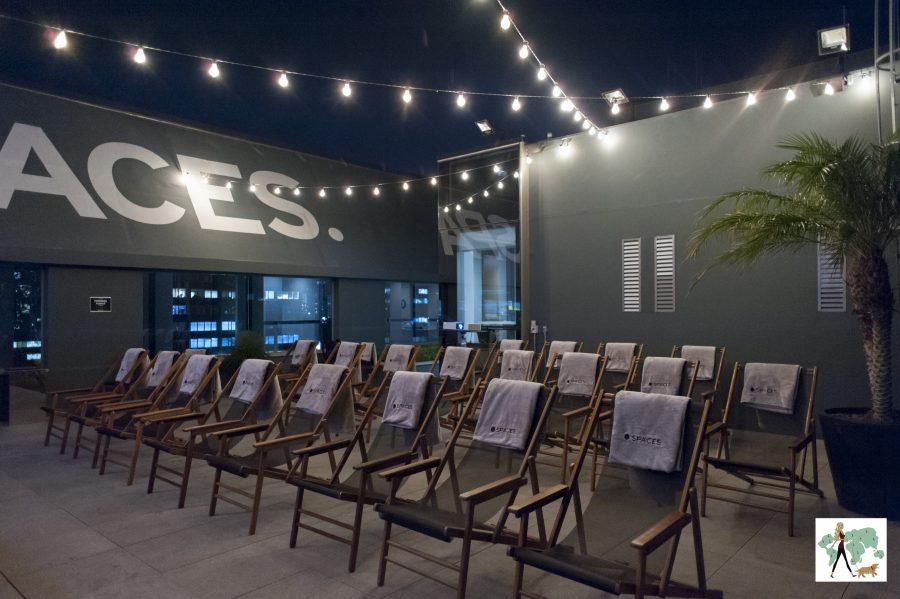 cadeiras com mantinhas no rooftop do Spaces