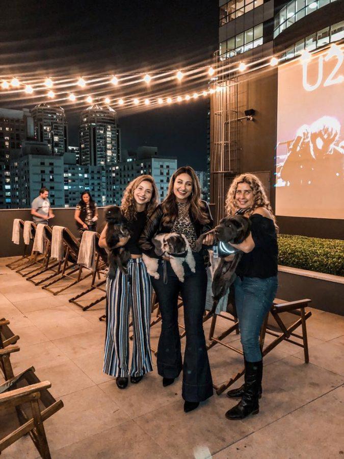 mulheres com cachorros no colo no rooftop do Spaces Berrini