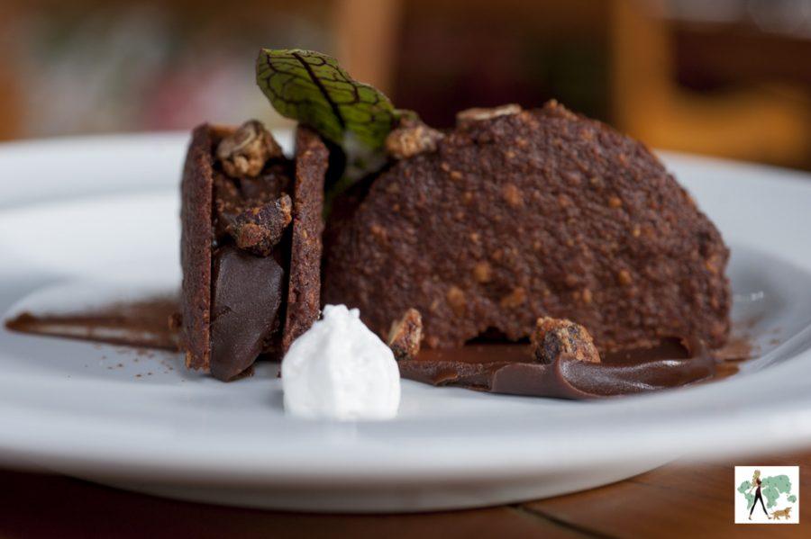 Biscoito de avelã feito na casa recheado de chocolate amargo 100% Callebaut e avelãs caramelizadas