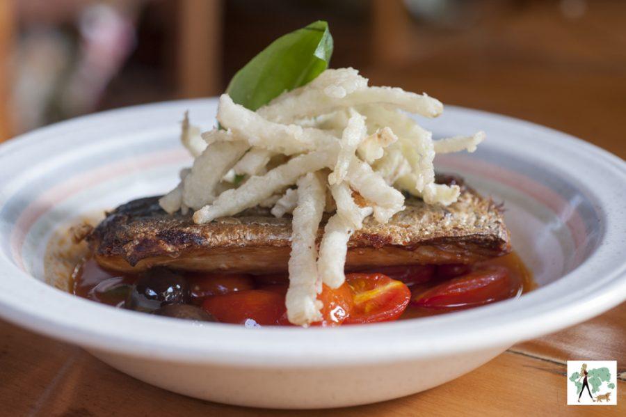 Peixe grelhado em crosta de castanhas com caponata de legumes e palmito pupunha
