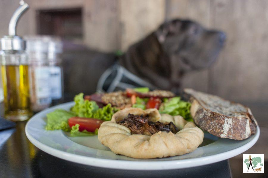 salada com torta rústica e fatia de pão com fermentação natural