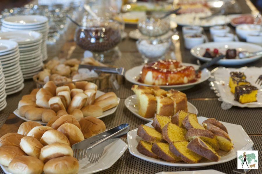 mesa de doces com bolos e pães