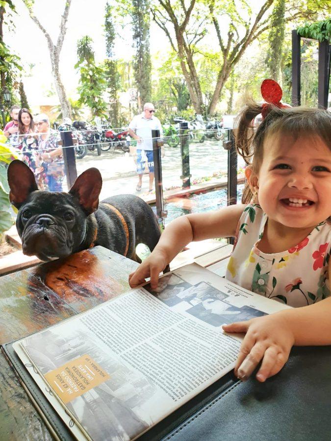 cachorro e criança sorrindo
